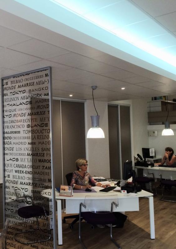 Peintures, faux plafonds et éclairage LED par ILP Pro dans une agence de voyage.
